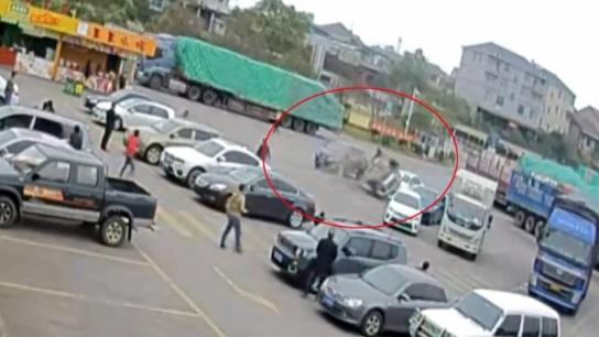 Kadın sürücü park ettiği yerden çıkamadı